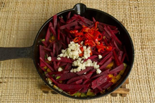 Добавляем в сковороду нарезанные чеснок, острый перец и свёклу