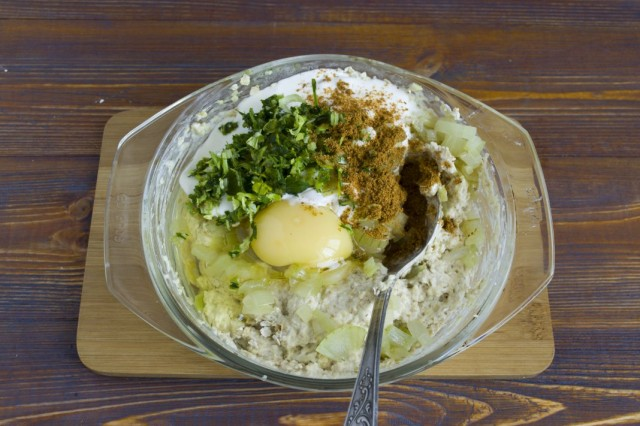 Добавляем карри, сырое яйцо и зелень