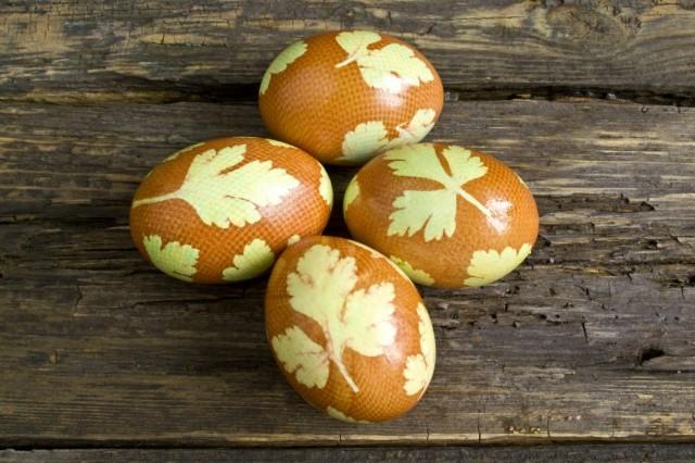 Растительным маслом протираем яйца, для придания блеска