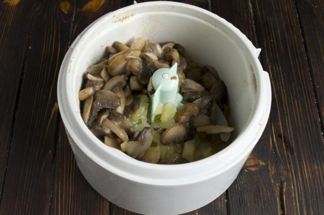 Тушеные лук и грибы измельчаем в блендере
