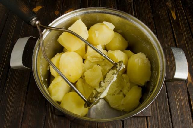 Разминаем отваренный картофель