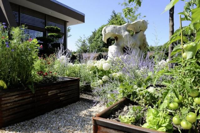 Цветник и огород в швейцарском стиле