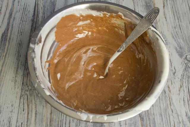 В одну из порций теста добавляем какао