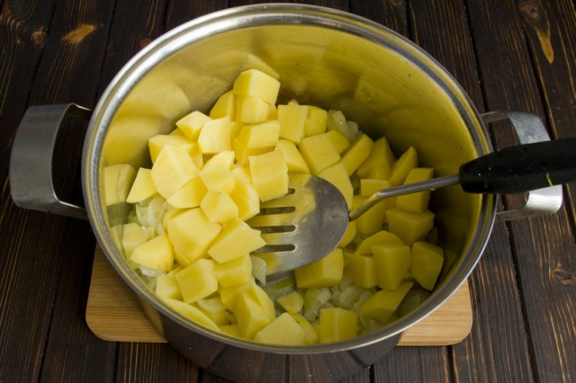 Кладём в кастрюлю нарезанный картофель