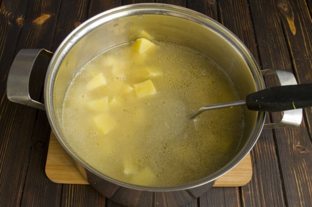 Заливаем куриный бульон и варим до готовности картофеля