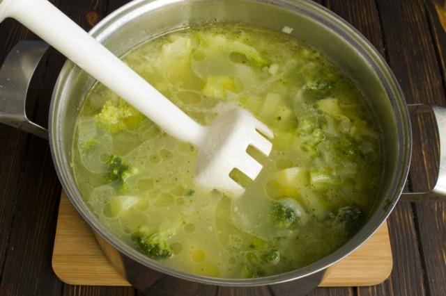 Готовый суп из брокколи измельчаем блендером