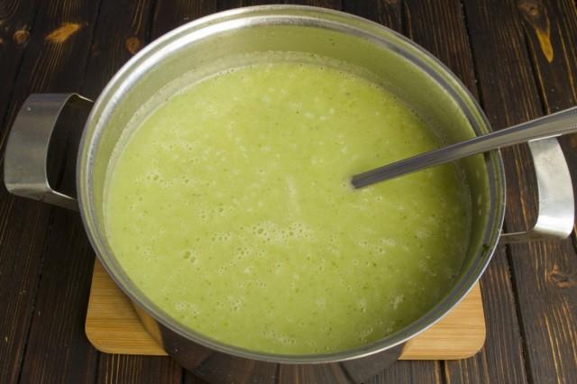Для вкуса в суп-пюре из брокколи можно добавить сливки