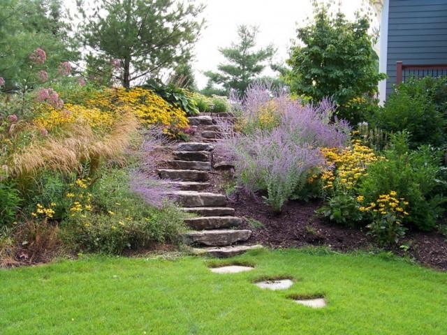 Маскирующий цветник у лестницы в саду