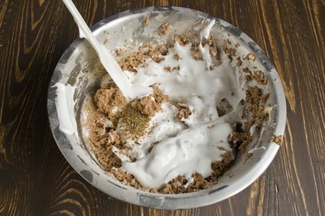 Добавляем в тесто взбитые белки и растёртые пряности