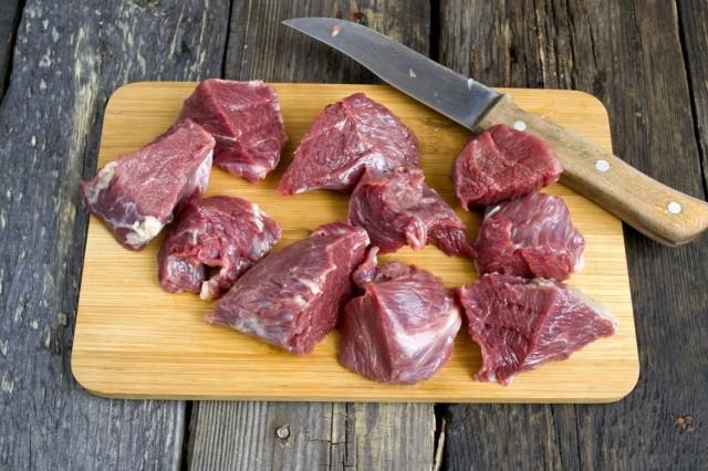 Нарезаем говяжью вырезку срезая лишний жир и плёнки