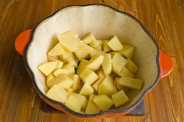 В разогретое масло выкладываем нарезанный картофель