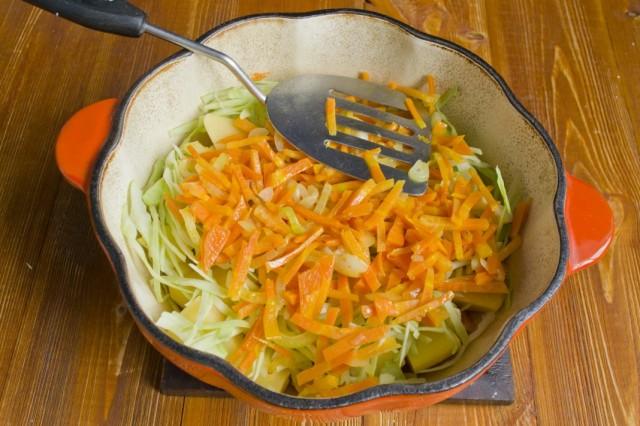 Добавляем обжаренные морковь, репчатый лук и чеснок