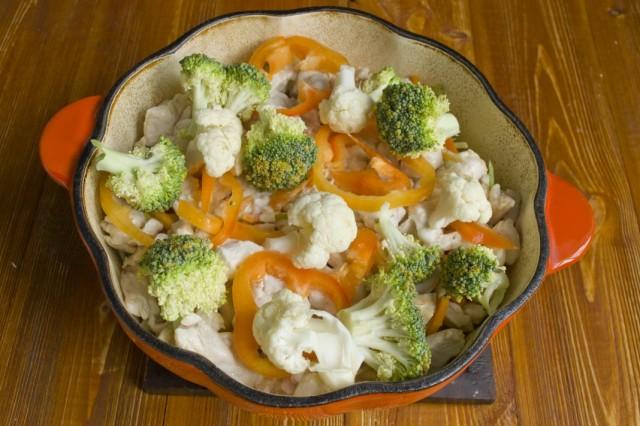 Выкладываем перец, брокколи и цветную капусту