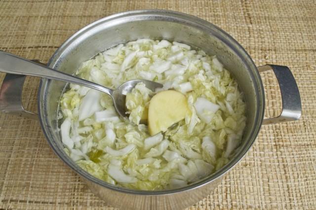 Добавляем в бульон нарезанные картофель и пекинскую капусту