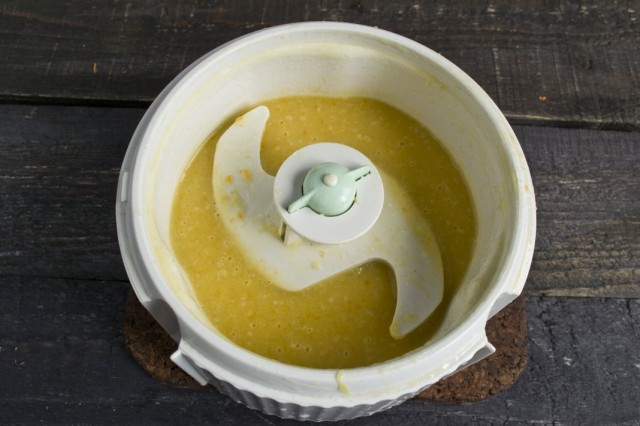 Сваренный суп измельчаем в блендере