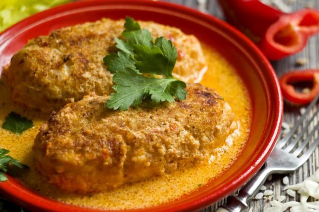 Ленивые голубцы в духовке с рисом и курицей в томатном соусе