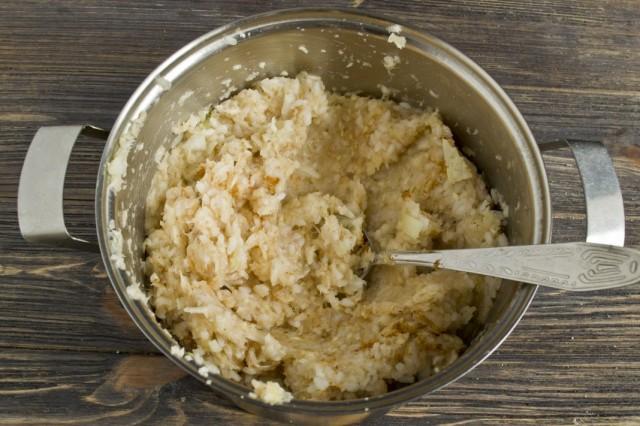 Добавляем отваренный рис и замешиваем фарш