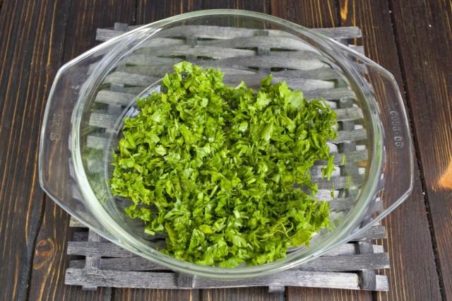Мелко нарезаем зелень петрушки