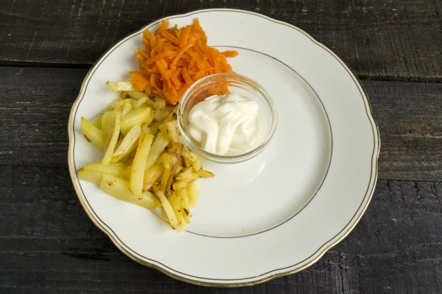 Отваренную морковь натираем и выкладываем на тарелку