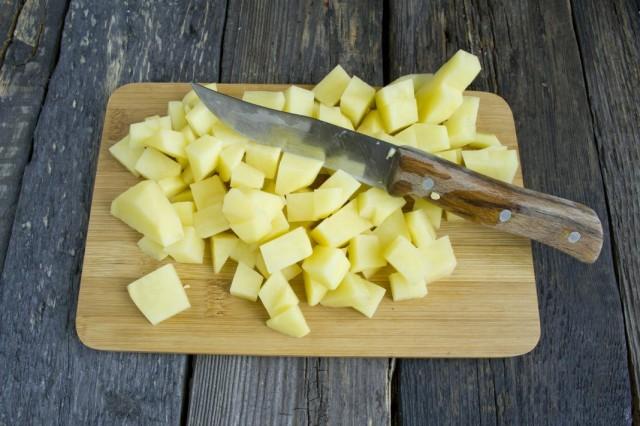 Обжариваем до полуготовности картофель