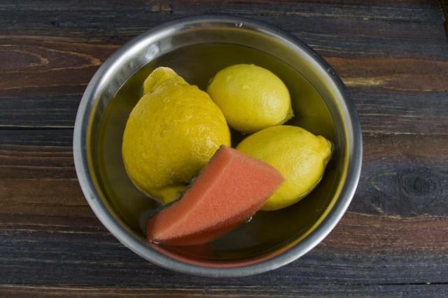 Замачиваем и споласкиваем лимоны в горячей воде