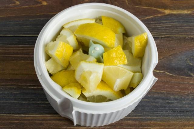 Нарезаем лимоны, удаляем косточки и помещаем в блендер