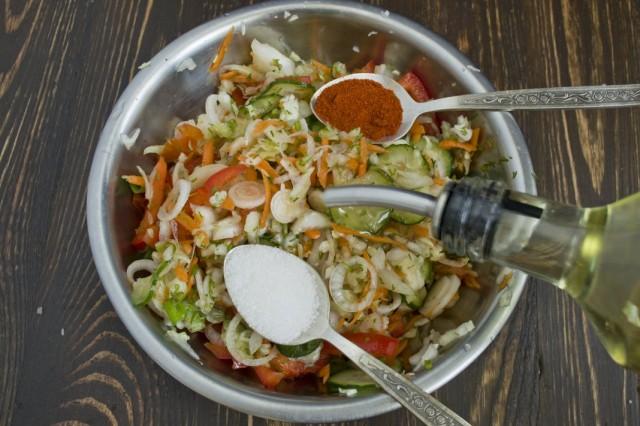 Приправляем салат сахаром, паприкой и уксусом, даём настояться соку, затем доводим до кипения