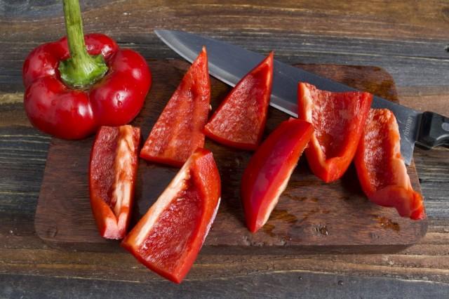 Очищаем и нарезаем сладкий болгарский перец