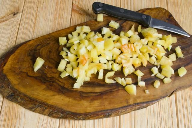 Добавляем к обжариванию нарезанный болгарский перец