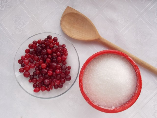 Ингредиенты для приготовления клюквы с сахаром