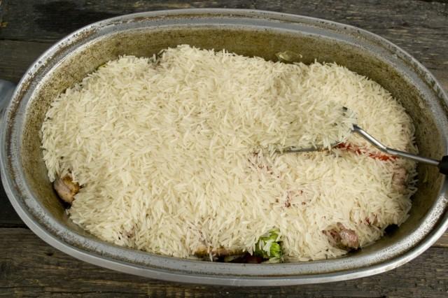 Высыпаем в казан замоченный и промытый длиннозёрный рис