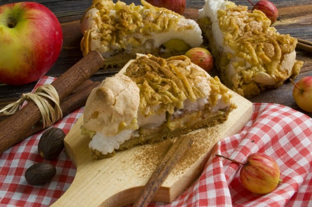 Песочный яблочный пирог с меренгой