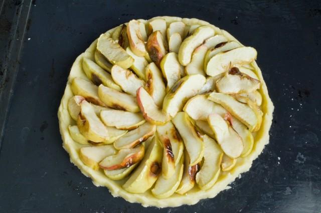 На тесто выкладываем остывшие запечённые яблоки