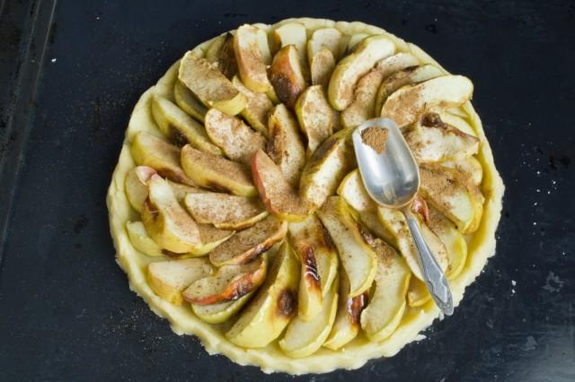Посыпаем яблоки корицей и мускатным орехом