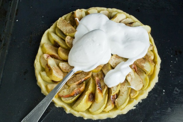 Взбитые с сахарной пудрой яичные белки выкладываем поверх яблок