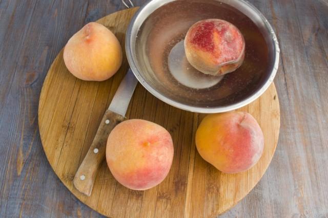 Ошпариваем персики и очищаем от кожицы