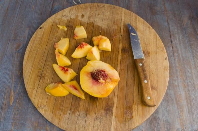 Нарезаем очищенные персики