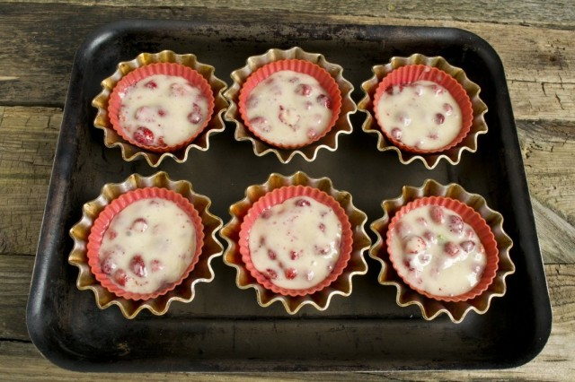Перекладываем тесто в формы для запекания и ставим в духовку
