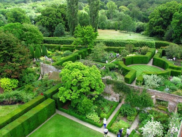 Пример панорамного сада с разделёнными зонами