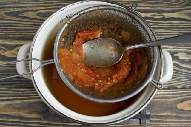 Протираем тушеные помидоры через сито