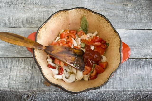 Добавляем нарезанные помидоры и томатную пасту