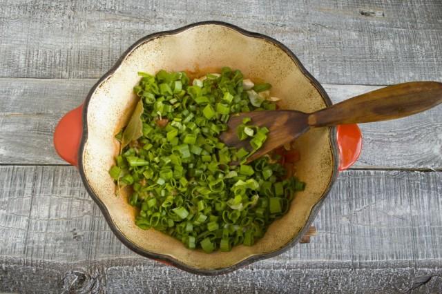 Кладём порубленный зелёный лук