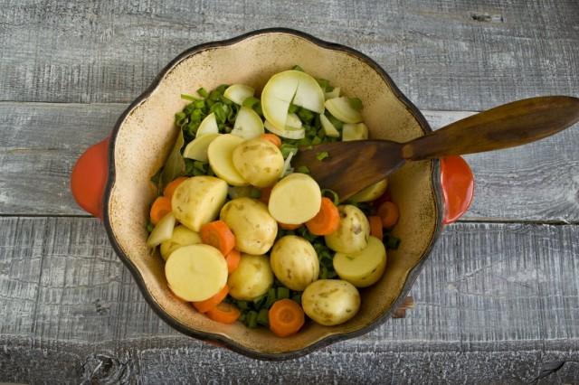 Добавляем молодой картофель и цуккини