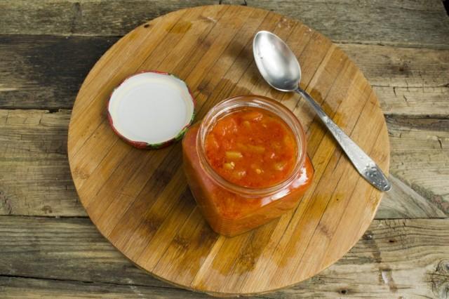 Готовое лечо из перцев и помидоров раскладываем по стерилизованным банкам и закрываем
