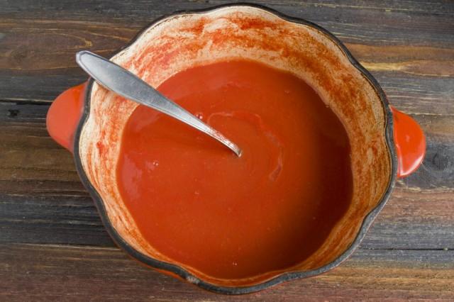 Доводим томатное пюре до кипения. Затем варим на слабом огне 10 минут