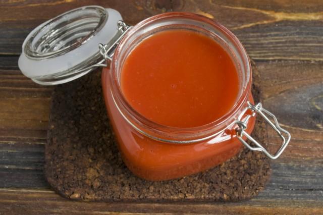 Разливаем горячий томатный сок по стерилизованным банкам и закрываем их