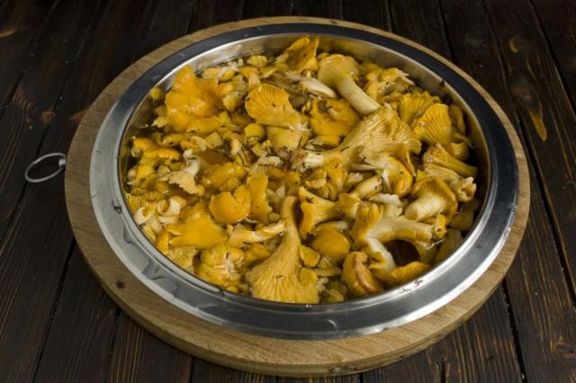 Чистим и моем грибы