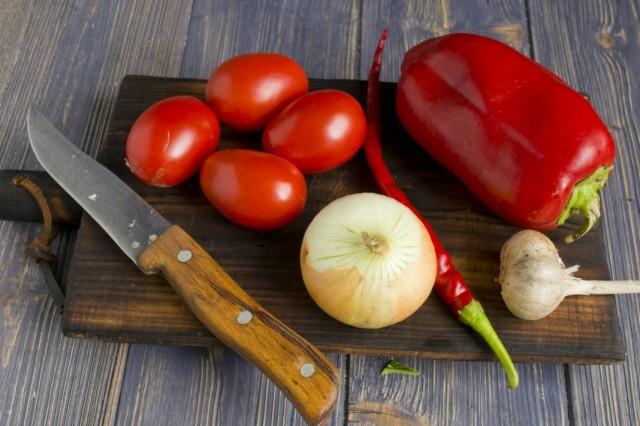 Очищаем и нарезаем помидоры, репчатый лук, чеснок и сладкий и острый перец