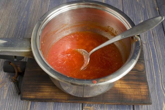 В овощное пюре добавляем соль, сахар и специи. Доводим до кипения