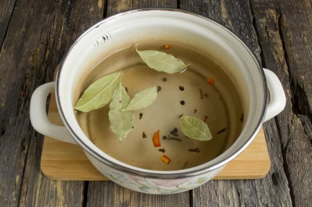 Сливаем воду из банок в кастрюлю, добавляем специи, соль и сахар. Кипятим рассол